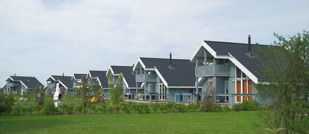 Großzügige Grundstücke sind charakteristisch für den All Season Park Müritz. Foto: Dr. Limburg Immobilien