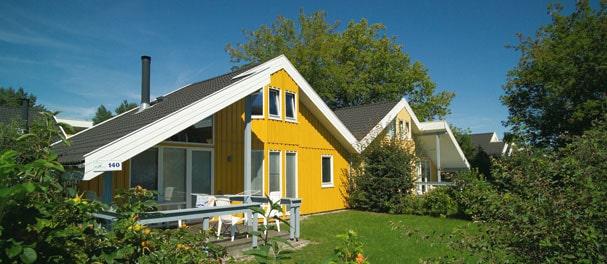 Die gemütlichen Ferienhäuser im skandinavischen Stil prägen das Bild. Foto: Dr. Limburg Immobilien