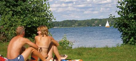 Der größte See Brandenburgs, der Scharmützelsee, erweitert die Bad Saarower Wellnessangebote um naturnahe Erholung.
