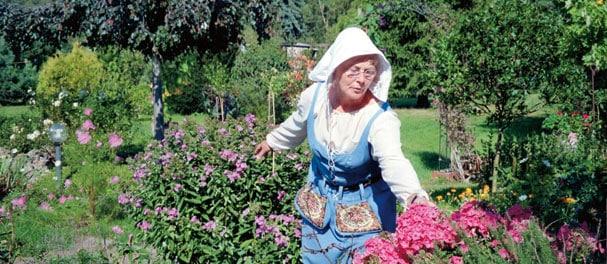 Im Himmelpforter Kräutergarten beraten die Gärtnerinnen, die oft Tracht tragen, die Besucher. Foto: Barbara Pietzschmann