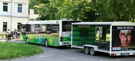 Nationalparkbus mit Fahrradanhänger in Boek.