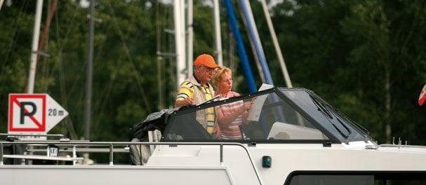 Zusammen wird auf dem Hausboot der Kurs bestimmt.
