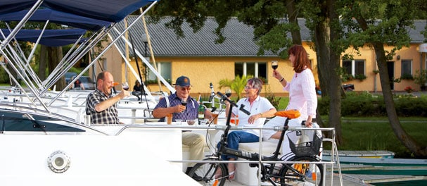 Die Crew lässt es sich in der Charterbasis von Cardinal Boating Holidays gut gehen.