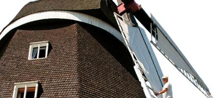 Je nach Windverhältnissen muss der Müller die Flügel der Museumsmühle täglich bespannen. © Sebastian Kühl
