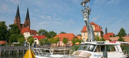 """Am Neuruppiner Bollwerk ragt der Parzival am See, eine 17 Meter hohe Stahlskulptur, in die Höhe. Sie wurde 1998 anlässlich der Verleihung des Namens """"Fontanestadt"""" enthüllt. © Magazin Seenland"""