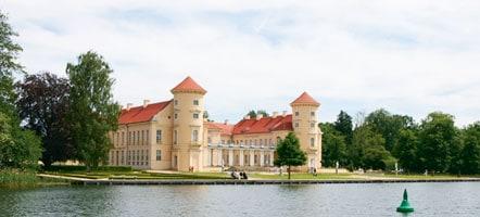 Blick über den Grienericksee auf Schloss Rheinsberg. © Magazin Seenland