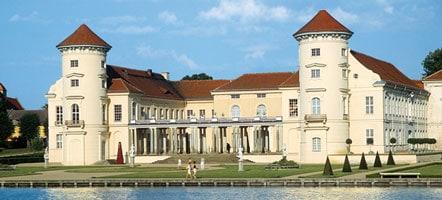 Aus der Nähe und aus der Ferne - Schloss Rheinsberg ist sehenswert.