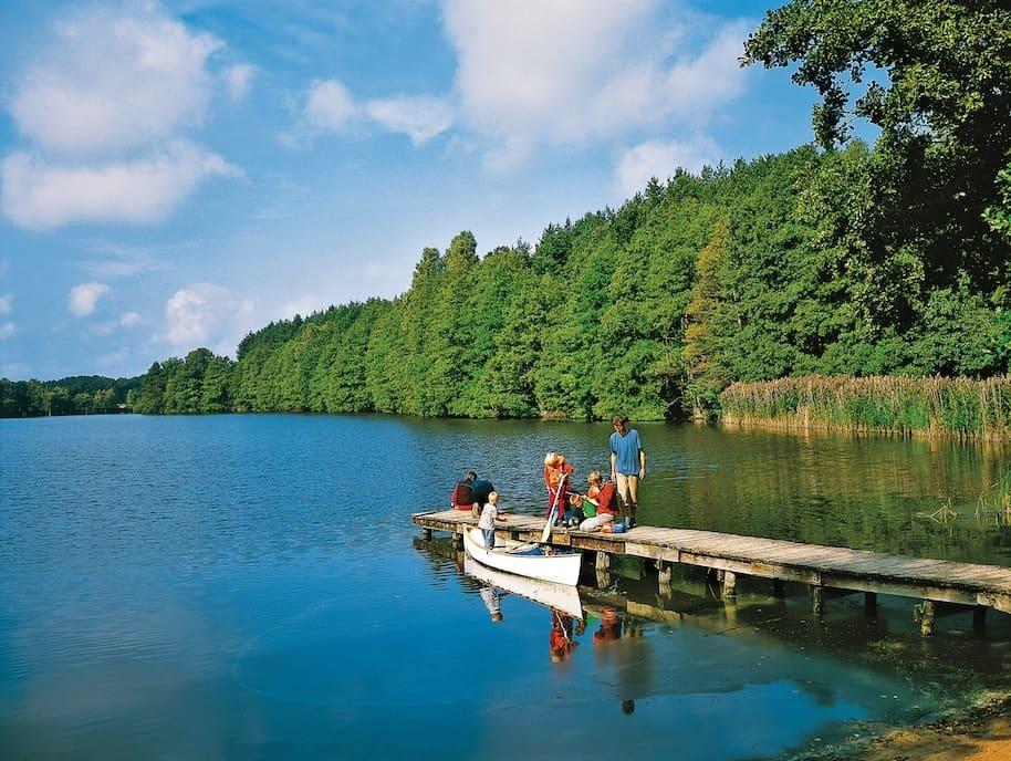 Mit kleinem Kahn auf große Fahrt Mit seinen ruhigen Flüssen und ausgedehnten Seen ist Mecklenburg-Vorpommern wie geschaffen für stille Ausflüge mit dem Paddelboot. Foto: René Legrand/TMV