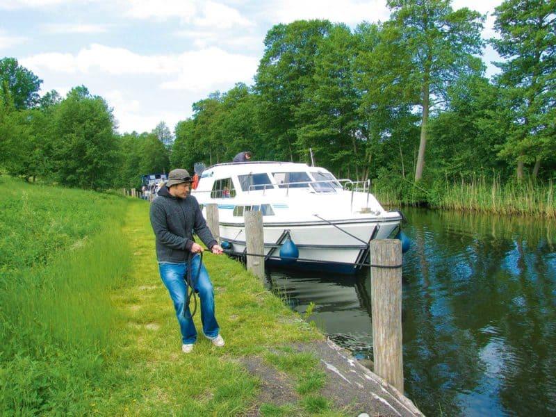 Hausboot an Wartestelle