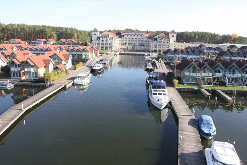 Boote liegen am Steg im Hafendorf Rheinsberg in Brandenburg.