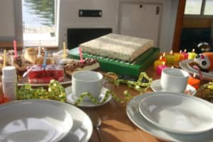 Geburtstagstisch auf dem Hausboot