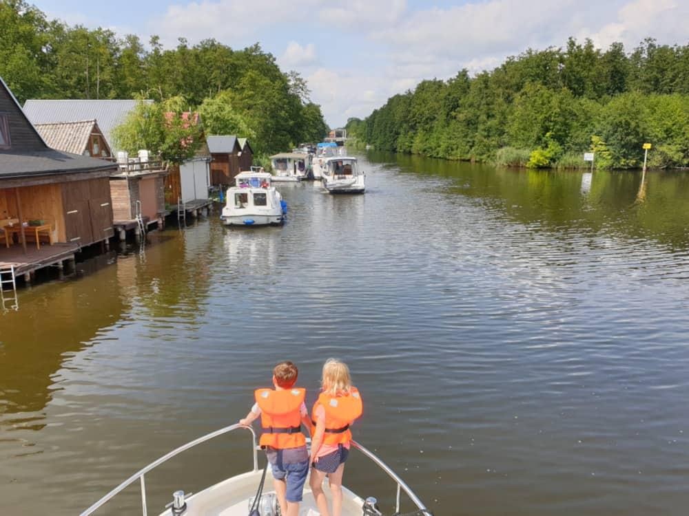 Urlaub in Deutschland auf einem Hausboot in der Seenplatte